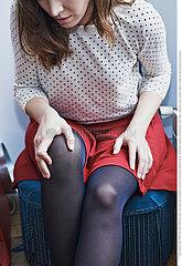 WOMAN WITH KNEE PAIN Studio
