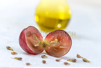 Grape seed oil : seed extract has antioxidant and nourishing the skin.