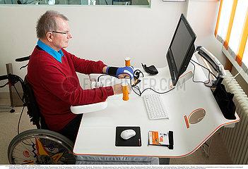 Reportage_261 Neurorehabilitation / ELDERLY PERSON IN REHABILITATION