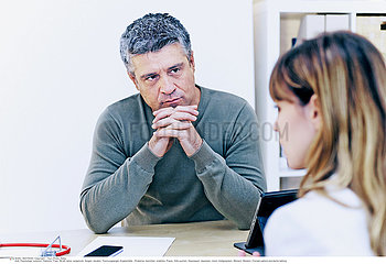 WOMAN IN CONSULTATION  DIALOGUE