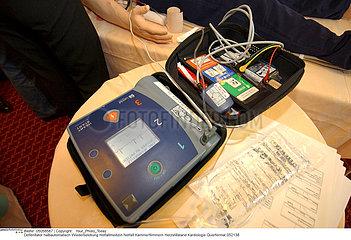 Semi-automatic heart defibrillator