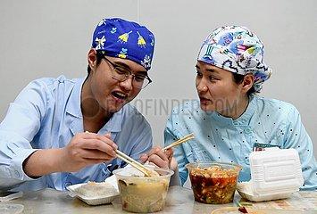 CHINA-HENAN-ZHENGZHOU-UNWED NURSE COUPLE (CN)
