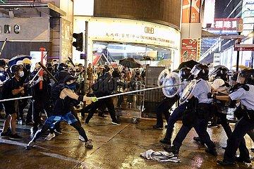 Xinhua Schlagzeilen: Polizist verstümmelt in Randalierer Säureangriff Entschlüssen zu Frontlinie zurück zu erhalten  schützen HK