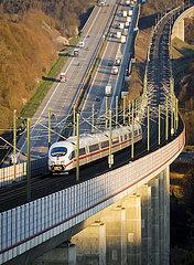 ICE Bahnstrecke und Autobahn A3  Neustadt/Wied  Rheinland-Pfalz  Deutschland
