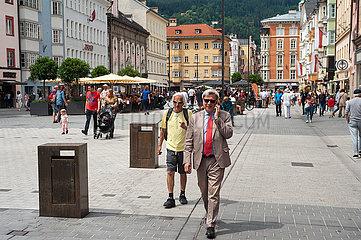 Innsbruck  Tirol  Oesterreich  Menschen in der Fussgaengerzone Maria-Theresien-Strasse