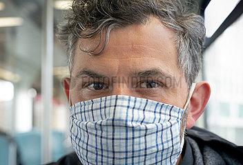 Berlin  Deutschland - Mann mit Schutzmaske
