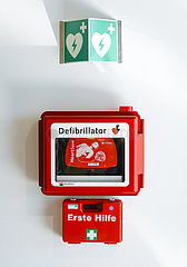 Defibrillator und Erste Hilfe Verbandskasten  Nordrhein-Westfalen  Deutschland