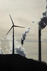 Windrad und rauchende Schlote  Kraftwerk Scholven  Uniper Steinkohlekraftwerk  Gelsenkirchen  Ruhrgebiet  Nordrhein-Westfalen  Deutschland