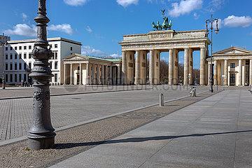 Berlin  Deutschland - Der menschenleere Pariser Platz vor dem Brandenburger Tor zur Zeit der Corona-Pandemie