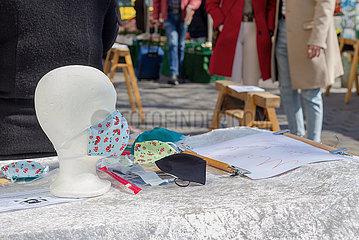 Berlin  Deutschland - Schutzmaskenverkauf auf Berliner Wochenmarkt