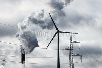 Windraeder  Strommast und rauchende Schlote  Kraftwerk Scholven  Uniper Steinkohlekraftwerk  Gelsenkirchen  Ruhrgebiet  Nordrhein-Westfalen  Deutschland