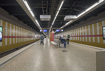 Fast leerer U-Bahnhof  Muenchen  April 2020