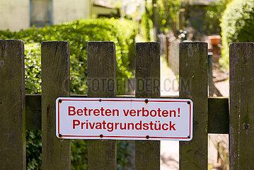 Deutschland  Bremen - Schild BETRETEN VERBOTEN ! PRIVATGRUNDSTUECK