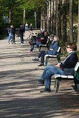 Deutschland  Bremen - Menschen sitzen auf Baenken im Buergerpark