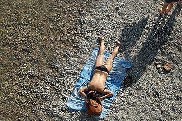 Archivfoto: Menschenmassen an der Isar