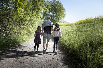 Mann mit Kindern