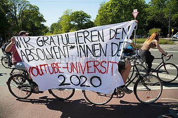 Deutschland  Bremen - Junge linke Aktivisten bei Gegendemonstration gegen rechte Verschwoerungstheoretiker  die gegen den Corona-Lockdown protestieren