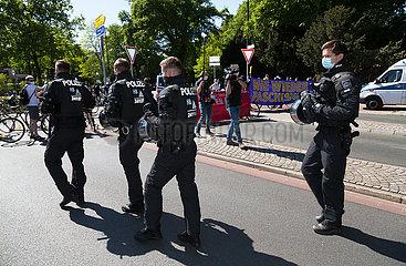 Deutschland  Bremen - Polizeieinsatz zwischen rechter und linker Demonstration zum Thema Corona-Lockdown
