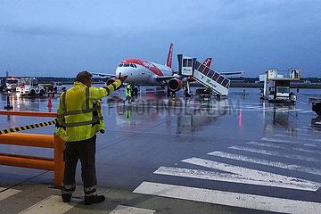 Berlin  Deutschland  Airbus A320 der Fluggesellschaft easyjet auf dem Vorfeld des Flughafen Schoenefeld