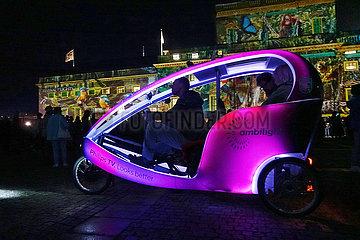 Berlin  Deutschland  Menschen fahren waehrend des Festival of Lights mit einem Velotaxi