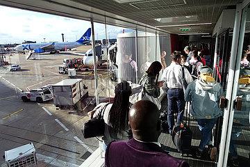 Paris  Frankreich  Menschen beim Boarding auf dem Flughafen Charles de Gaulle