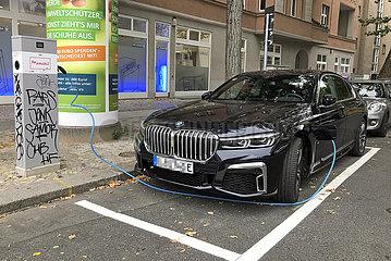 Berlin  Deutschland  Elektroauto wird an einer oeffentlichen Ladesaeule aufgeladen