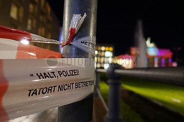 Berlin  Deutschland  Absperrband mit der Aufschrift - Tatort nicht betreten - am Pariser Platz