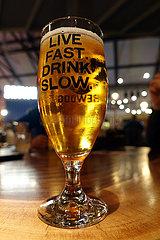 Berlin  Deutschland  Bierglas mit der Aufschrift Live Fast Drink Slow