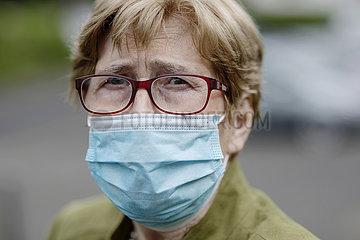 Seniorin mit Maske während der Corona Krise Porträt