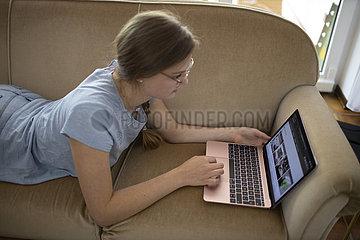 Studentin studiert online