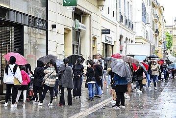 Warteschlange vor Zara-Filiale in Marseille