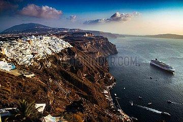 Kykladeninsel Santorini im Aegaeischen Meer mit Kreuzfahrtschiff (Archivbild)