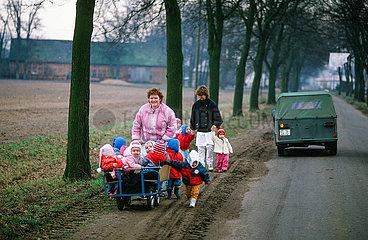 Kinderkrippe beim Ausflug im Dorf
