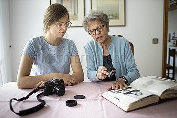 Zwei Frauen mit analoger Kamera