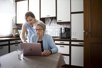 Zwei Frauen am Laptop