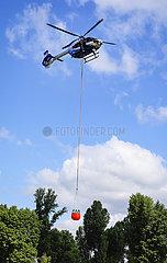Polizeihubschrauber bei Einsatzuebung mit Loeschwasserbehaelter BAMBI BUCKET  Duesseldorf  Nordrhein-Westfalen  Deutschland