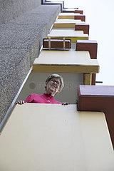 Seniorin auf Balkon im Seniorenheim