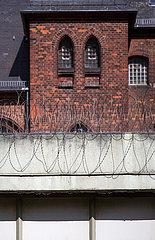 Deutschland  Bremen - Sicht ueber Gefaengnistor der Justizvollzugsanstalt Oslebshausen