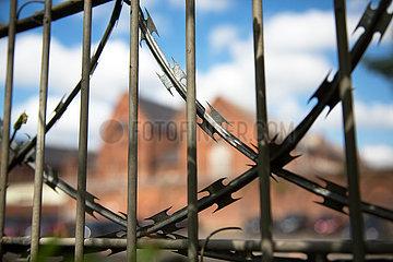 Deutschland  Bremen - Natodraht an Zaun der Justizvollzugsanstalt Oslebshausen