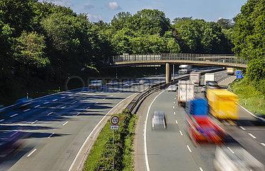 Viele LKW fahren auf der Autobahn A2  Bottrop  Ruhrgebiet  Nordrhein-Westfalen  Deutschland
