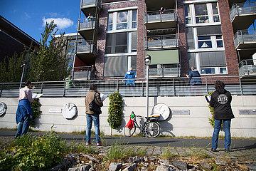 Deutschland  Bremen - Menschen singen Lieder mit aelteren Nachbarn  die wegen Corona zu Hause bleiben