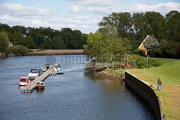 Deutschland  Bremen - Deich und Bootsanleger am Fluss Lesum  Bremen-Nord