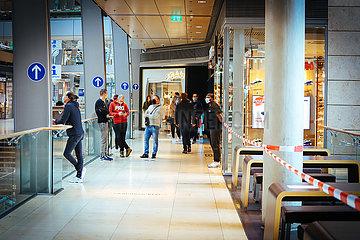 Shopping in der Einkaufsmeile mit Corona Regeln