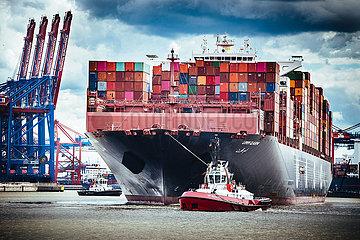 Containerschiff Umm Qarn beim Festmachen am Terminal Burchardkai