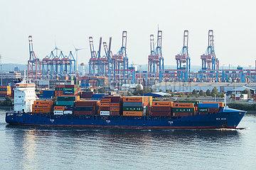 Containerschiff Wes Gesa auf der Elbe im Hafen Hamburg