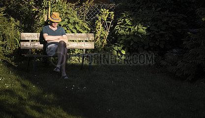 Mann auf Parkbank