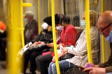 Fahrgaeste mit Mund-Nasen-Schutz