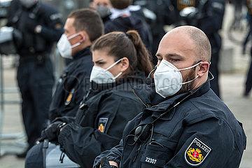 Deutschland  Bremen - Polizisten bei Demonstration gegen Corona-Restriktionen
