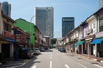 Singapur  Republik Singapur  Leere Strassen  Shophouses und moderne Hochhaeuser im muslimischen Viertel