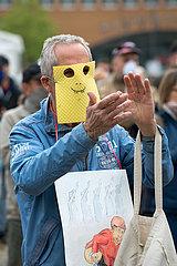 Deutschland  Bremen - Originellle Adaption von Atemschutzmaske bei Demonstration gegen Corona-Restriktionen